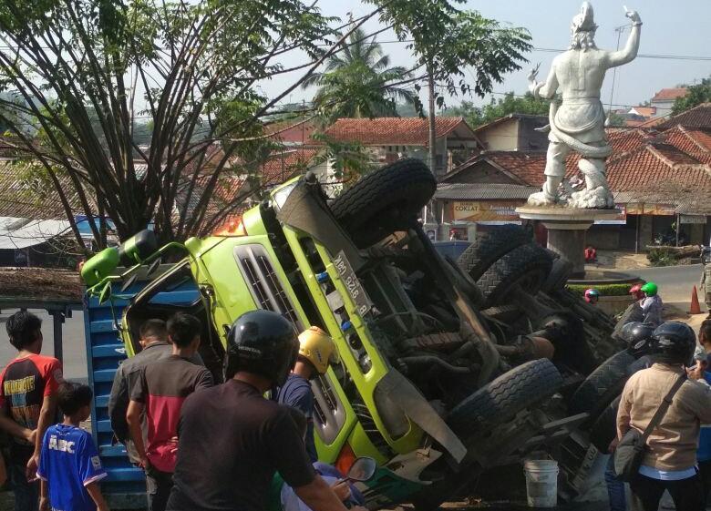 Diduga Rem Blong Truk Kontainer Terguling Di Pertigaan Bunder