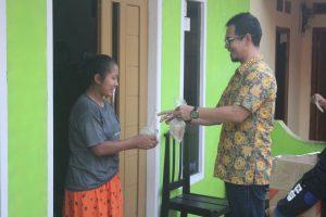 Silaturahmi dengan Warga, SOKSI Purwakarta Bagikan 500 Bunkus Takjil