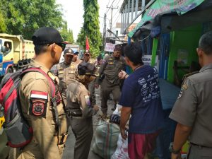 Satpol PP Purwakarta Tertibkan Puluhan PKL di Jalan Ahmad Yani