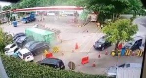 Rem Blong, Truk Kontainer Terguling Hantam 7 Kendaraan di Cipularang