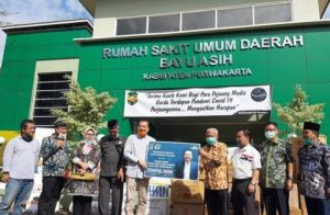 Ketua Komisi X DPR RI Bantu APD dan Alat Tes PCR RSUD Bayu Asih Purwakarta