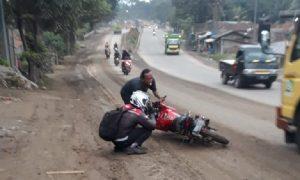 Jalan Licin di Purwakarta Tak Pernah Selesai