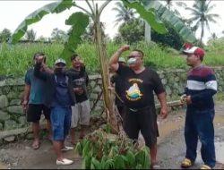 Protes, Warga Purwakarta Tanam Pohon Pisang di Atas Jalan Kabupaten yang Rusak